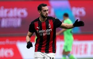 Милан не может договориться с Чалханоглу об условиях нового контракта