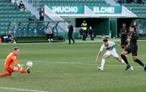 Барселона не без труда справилась с Эльче и поднялась на третье место в таблице