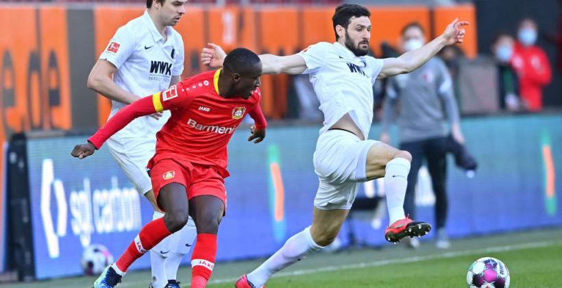 Поздний гол Эдмонда Тапсобы помог Байеру избежать поражения с Аугсбургом