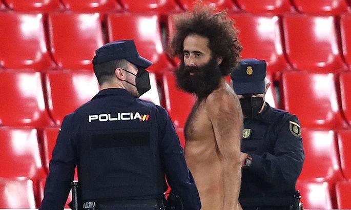 Болельщик, выбежавший на поле во время матча Гранада — МЮ, 14 часов прятался на стадионе