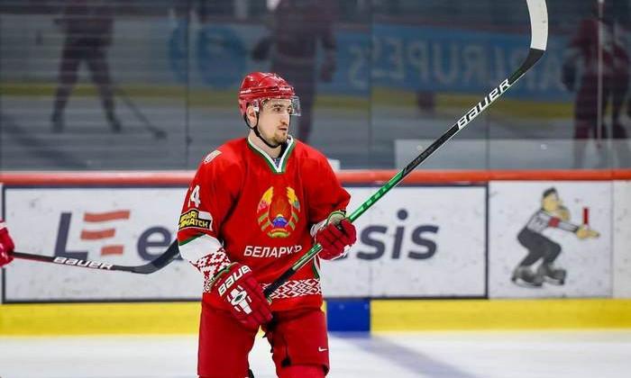 Евгений Лисовец получил травму в первом периоде матча со Швецией