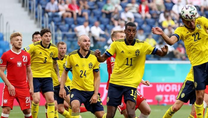 Швеция на последних минутах вырвала победу у Польши, возглавив группу Е