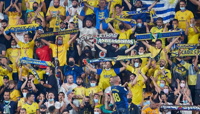 Фанаты Кадиса высмеяли Барселону скандированием «Где же Месси?»