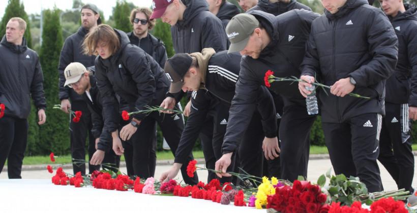 Хоккеисты минского Динамо возложили цветы к мемориалу «Хоккейное братство»