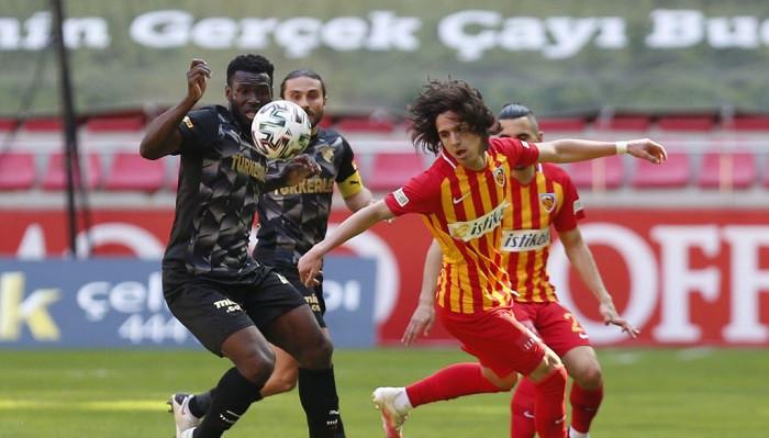 17-летний полузащитник Демир заключил контракт с Барселоной