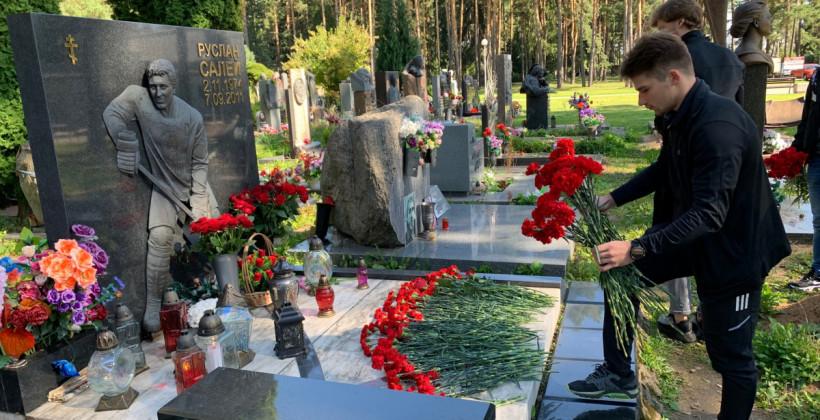 Хоккеисты минского Динамо возложили цветы на могилы белорусов, погибших в авиакатастрофе Локомотива