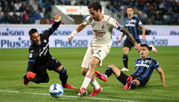 Милан в напряженном поединке справился с Аталантой